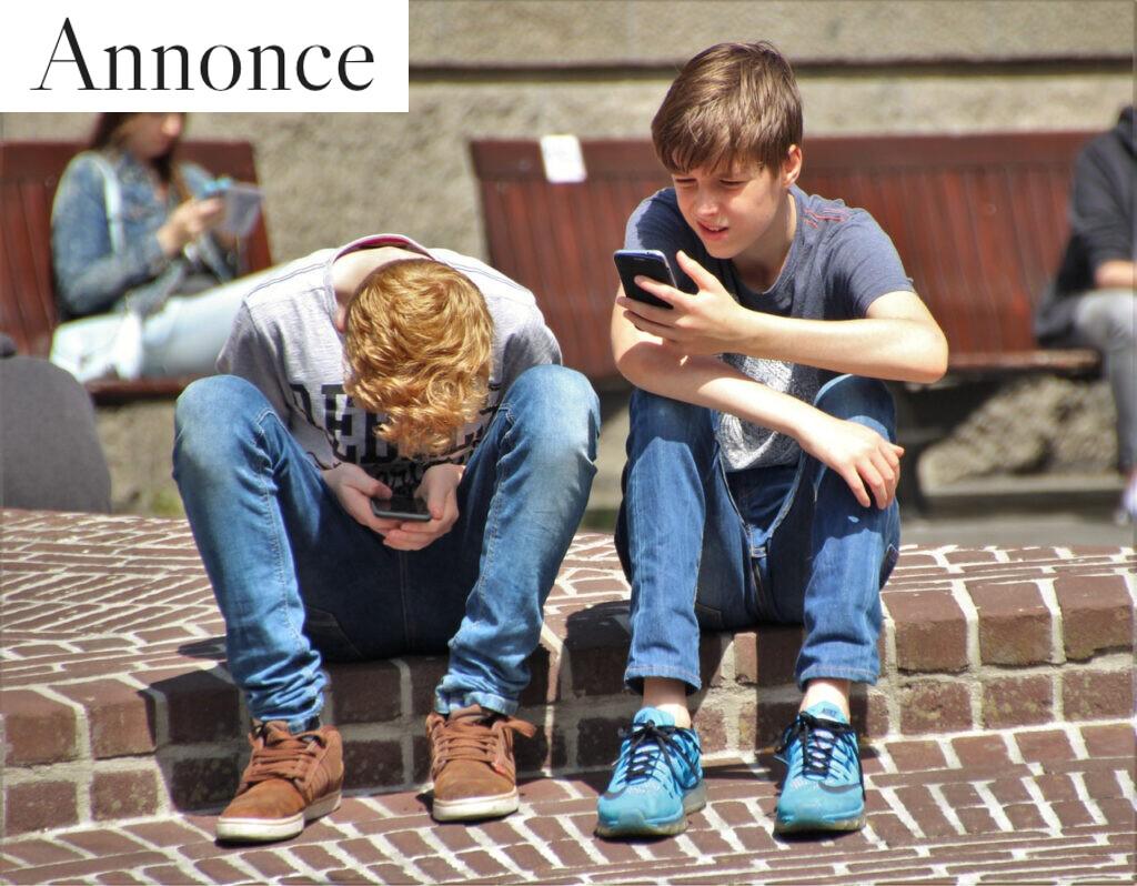 Børn der bruger deres smartphone